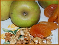 Confiture de pommes aux noix et aux abricots