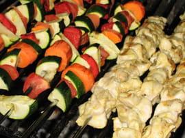 Brochettes de poulet marin et l gumes grill s la - Brochettes de poissons marines et grilles ...
