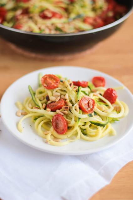 Recette de spaghetti de courgettes aux tomates cerise r ties citron et pignons la recette facile - Cuisiner courgette spaghetti ...