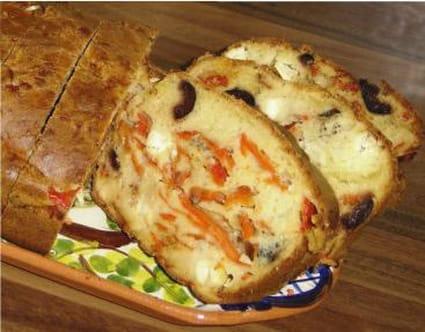 Cake aux poivrons, à la feta et aux olives noires