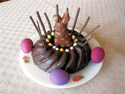 Nid de Pâques avec glaçage au chocolat noir