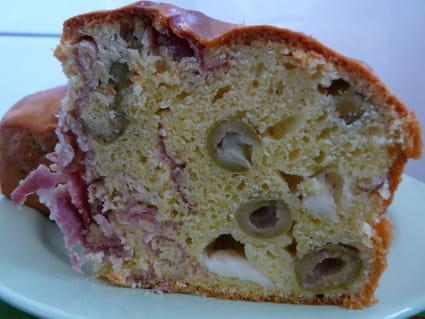 Cake au jambon de Bayonne, olives et brebis