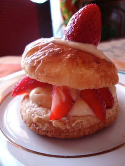 Petits feuilletés aux fraises et crème pâtissière