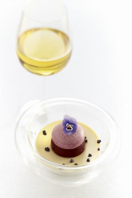 Crème mascarpone parfumée à la vanille de Tahiti, biscuit aux amandes, sorbet et meringue au cassis, violettes cristallisées