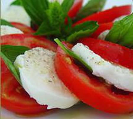 Tomates mozzarella la recette facile - Cuisiner la mozzarella ...