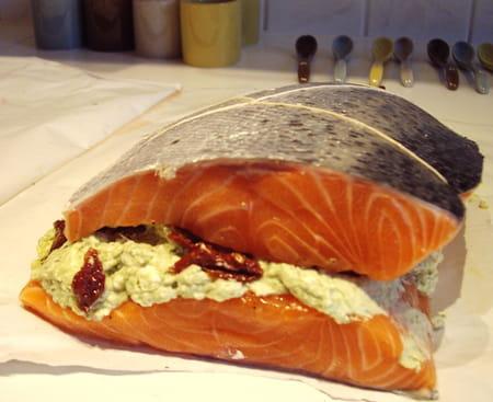 Saumon farci au fromage frais et au pesto la recette facile - Cuisiner darne de saumon ...