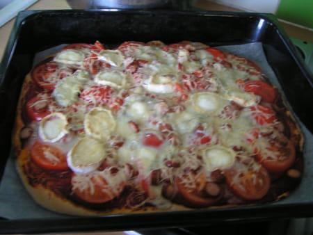 Pizza saucisse de strasbourg et ch vre la recette facile - Cuisiner des saucisses ...