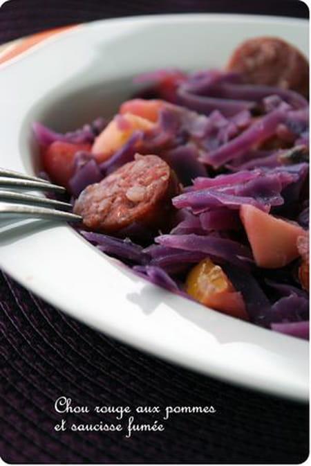 Chou rouge aux pommes et saucisses fum es la recette facile - Cuisiner des saucisses fumees ...