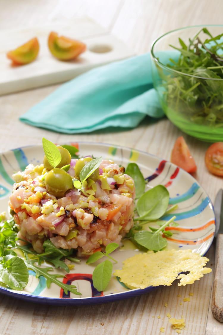 Tartare de veau au condiment d'olives vertes, tuile au manchego
