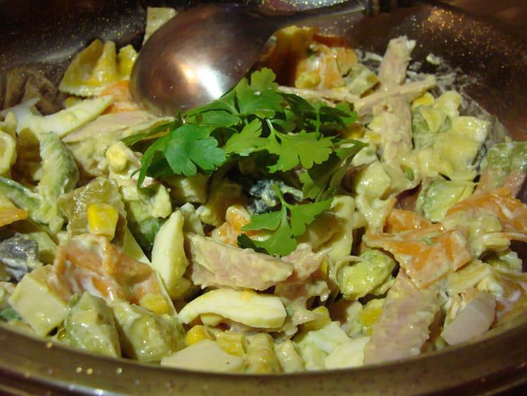 Recette de salade de p tes color es jambon avocats oeufs - Salade de pates jambon ...