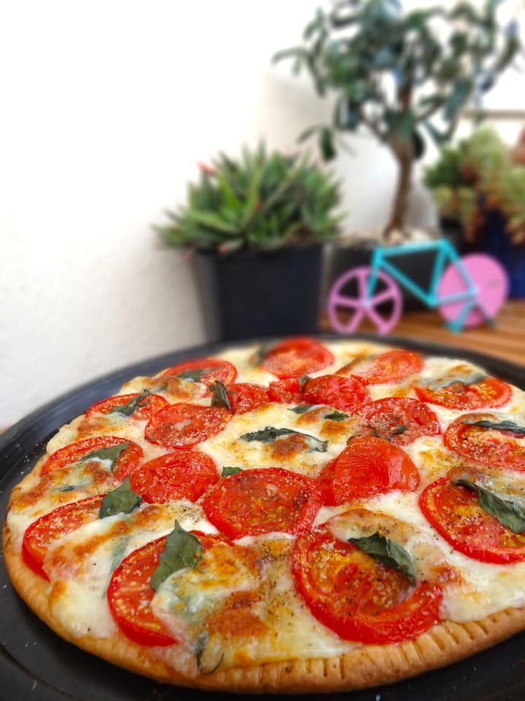 recette de tarte fine tomates mozzarella et basilic la recette facile. Black Bedroom Furniture Sets. Home Design Ideas
