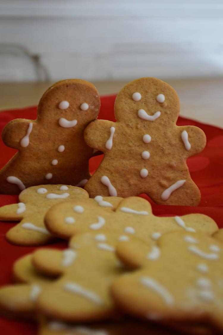 recette de petits biscuits bonhommes de no l en pain d 39 pices la recette facile. Black Bedroom Furniture Sets. Home Design Ideas