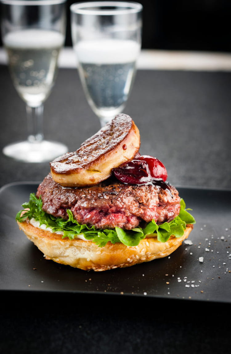 recette de burger au foie gras et sauce cerise la recette facile. Black Bedroom Furniture Sets. Home Design Ideas