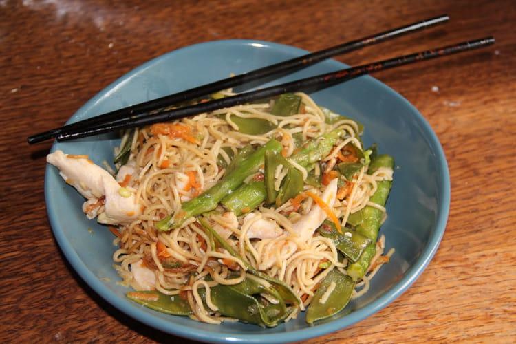 Recette de wok de poulet nouilles chinoises pois gourmands asperges et carottes la recette - Recette asperge verte poelee ...