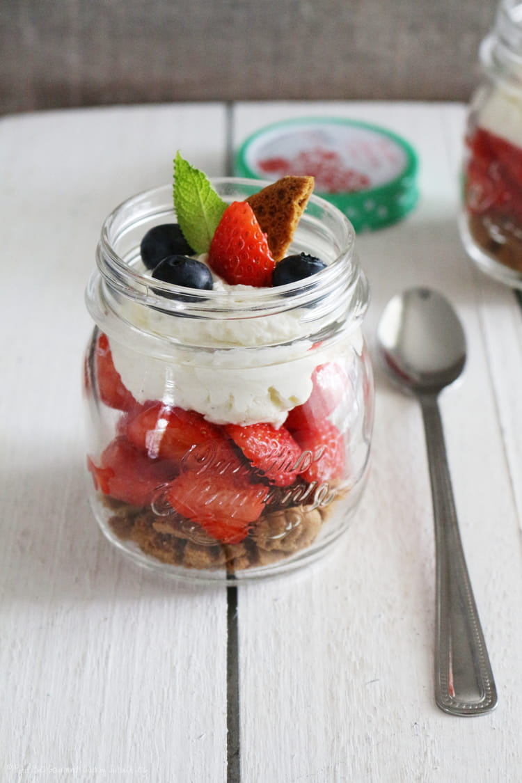 recette de verrines de fraises sp culoos et cr me chantilly mascarpone vanill e la recette facile. Black Bedroom Furniture Sets. Home Design Ideas