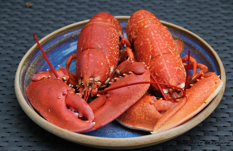 Recette de homards cuits au bouillon la recette facile - Comment couper un homard cuit en deux ...