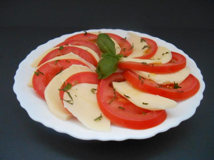 recette de salade de tomates mozzarella et basilic la recette facile. Black Bedroom Furniture Sets. Home Design Ideas