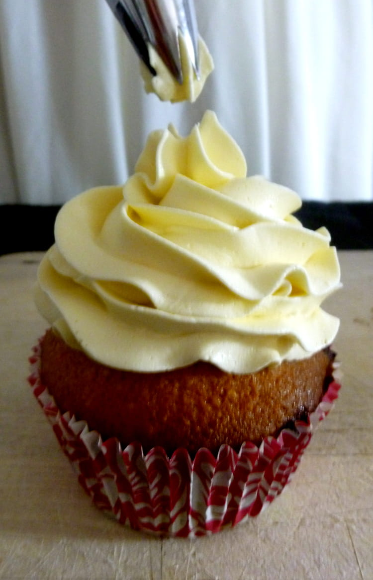 Recette de glacage des cupcakes la meringue suisse la recette facile - Creme decoration cupcake ...