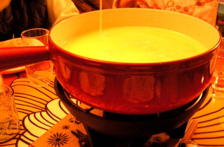 recette de fondue savoyarde la recette facile. Black Bedroom Furniture Sets. Home Design Ideas