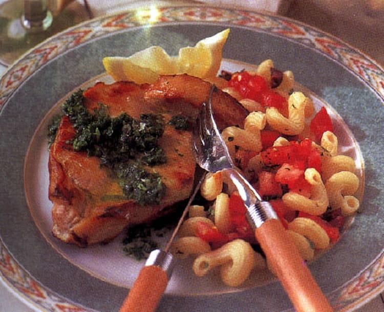 recette de c 244 telettes de porc et salade de p 226 tes chaudes la recette facile
