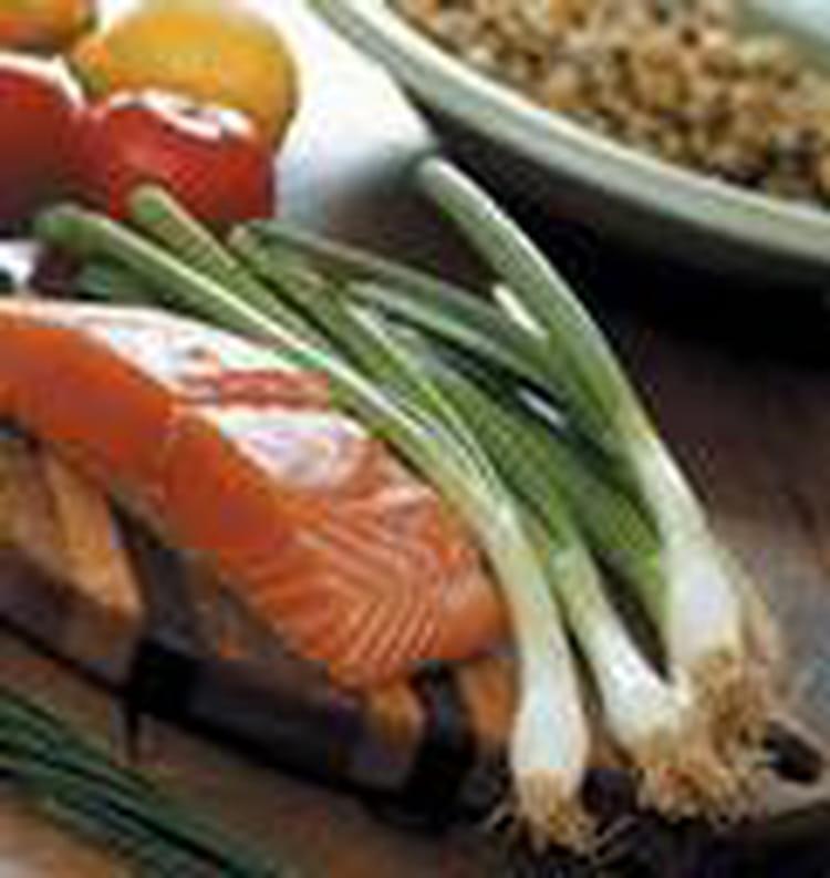 recette de pav s de saumon aux poireaux en papillote la recette facile. Black Bedroom Furniture Sets. Home Design Ideas