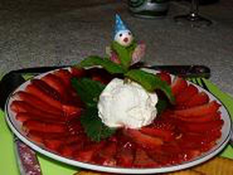 recette de carpaccio de fraises et glace au nougat et menthe la recette facile. Black Bedroom Furniture Sets. Home Design Ideas