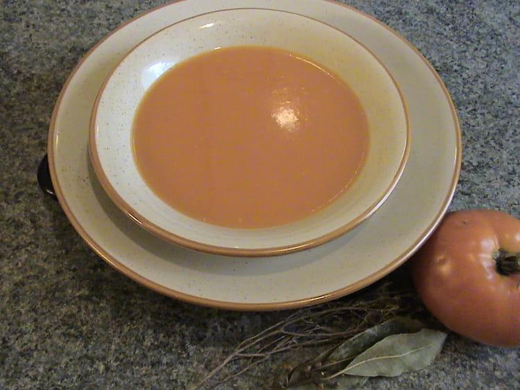 soupe la tomate oignons et herbes la recette facile. Black Bedroom Furniture Sets. Home Design Ideas