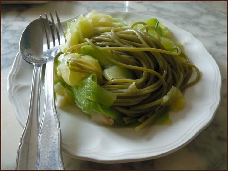 Recette de spaghettis verts et courgette en spaghettis la recette facile - Cuisiner courgette spaghetti ...