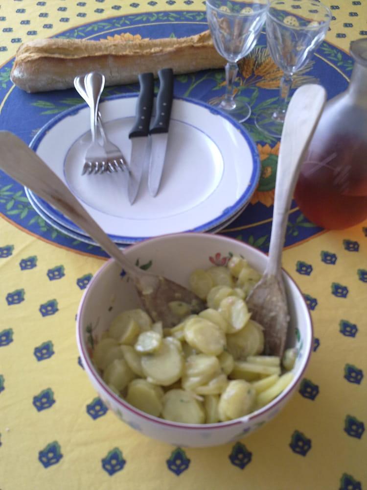 recette de salade de pommes de terre au vin blanc la recette facile. Black Bedroom Furniture Sets. Home Design Ideas