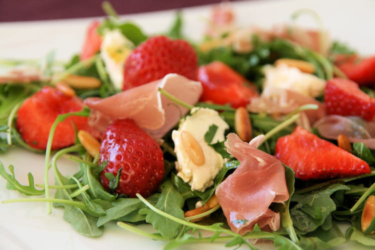 recette de salade de roquette aux fraises vinaigrette au miel la recette facile. Black Bedroom Furniture Sets. Home Design Ideas