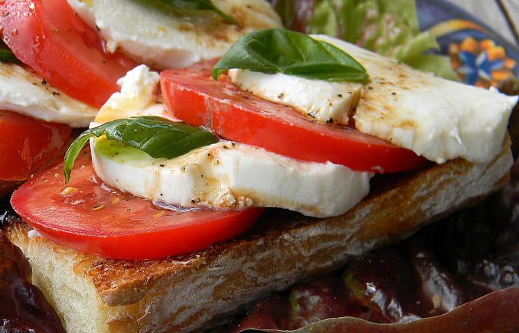 Bruschetta tomates mozzarella : la recette facile