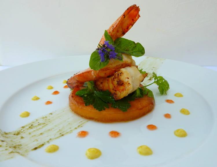Recette de gambas au yuzu palet de melon r ti salade d herbes pesto yuzu et gel e de piment d - Decoration de salade sur assiette ...