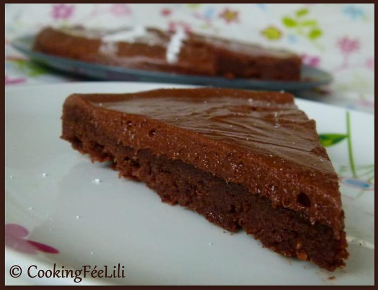 recette de g teau fondant au chocolat et glacage mousseux la recette facile. Black Bedroom Furniture Sets. Home Design Ideas